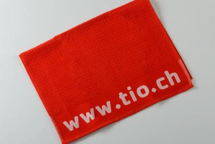 Esempio di salvietta palestra realizzata in cotone con motivo a damina e personalizzazione su banda strabattuta ad 1 colore